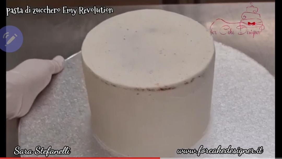 Tutorial copertura torta vera con pasta di zucchero Emy Revolution realizzato da Sara Stefanelli.